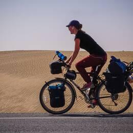 Fredrika Ek cyklar jorden runt.