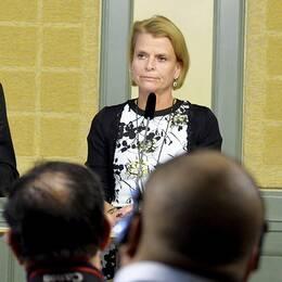 Martin Valfridsson, nationell samordnare för utsatta EES-medborgare som tillfälligt vistas i Sverige, lägger fram sin utredning under en pressträff i Rosenbad. Här tillsammans med Åsa Regnér, barn-, äldre- och jämställdhetsminister.