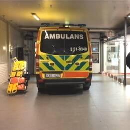 En ambulans står redo på arenan