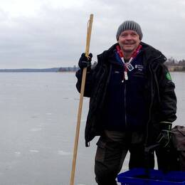 Utbildar barn. Per Hedberg, Naturskolan i Hammarskog, har kastat drygt 200 barn i isvak i vinter.