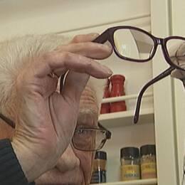 Man putsar glasögon.
