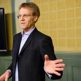 Milljöminister Åsa Romson och regeringens särskilda utredare Göran Enander presenterar en rapport om hur det giftiga ämnet PFAS hamnade i Kallinges dricksvatten och varför det inte upptäcktes på så många år.