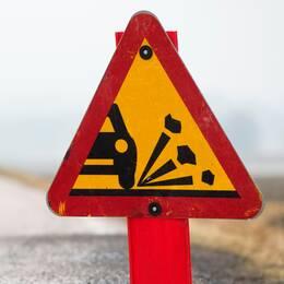 Krossad bilruta och varningsskylt