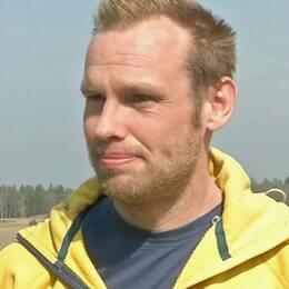 Dennis Wiström visar runt på Häckerstad gård utanför Gamleby