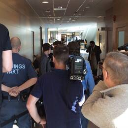 Den terrormisstänkte 20-åringen och en folkmassa på rättegången.