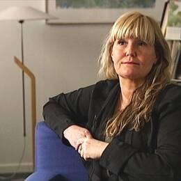 Kvinna sitter i en stol och blir intervjuad