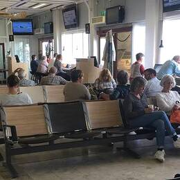 Väntande flygpassagerare på flygplatsen i Visby