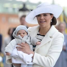 Kronprinsessan Victoria med prins Oskar i famnen vid firandet av kungens 70-årsdag.