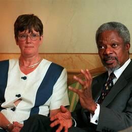 Lena Hjelm-Wallén tillsammans med FN:s dåvarande generalsekreterare Kofi Annan.