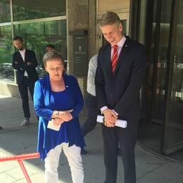 PRO lämnar över en namnlista med 140.000 underskrifter till finansmarknadsminister Per Bolund.