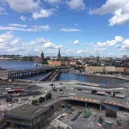 Bygget vid Slussen och en servicevärd från transportföretaget Keolis.