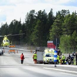 Ambulans och ambilanshelikopter på E10 där det skett en motorcykelolycka