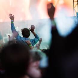 Festivalpublik intill bild på verksamhetsansvarig för kulturkalaset