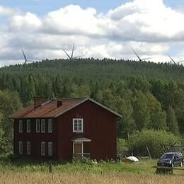 Vindkraftverk syns i fjärran från Sörviken by