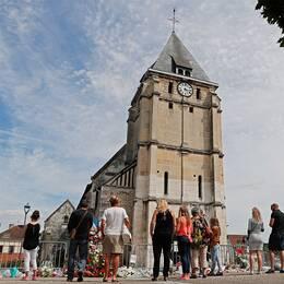 Tre personer sitter gripna misstänkta för inblandning i kyrkoattacken i franska Saint-Etienne-du-Rouvray.