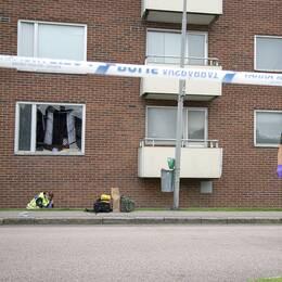 """TT: """"GÖTEBORG 20160822 Polisens tekniker undersöker området kring den lägenhet där ett barn omkom i en explosion i ett flerfamiljshus på Dimvädersgatan i Biskopsgården i Göteborg i natt. Händelsen är rubricerad som allmänfarlig ödeläggelse. Ingen är misstänkt eller gripen för dådet. Foto: Björn Larsson Rosvall / TT kod 9200"""""""