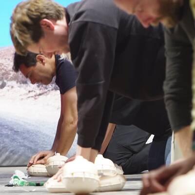 SVT:s korrespondenter tränar på hjärt- och lungräddning
