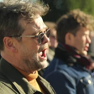 Göran Gademan med ett flertal sångare och musiker.