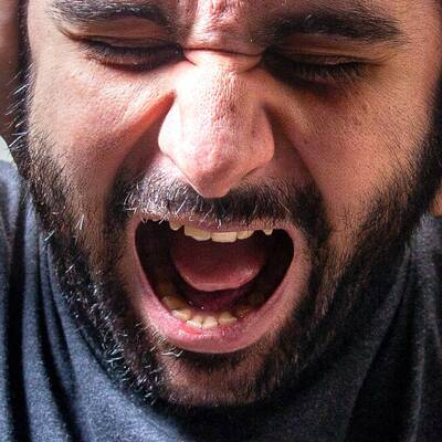 En man skriker.