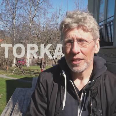 "SVT:s meteorolog Per-erik Åberg sitter i en trädgård med texten ""Torka"" bakom sig"
