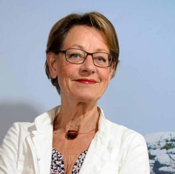 """Modell i burkini. Burkinin hyrde SVT Opinion på Åbybadet i Mölndal, där godkända badkläder för kvinnor är: baddräkt, bikini eller burkini. De har burkini att hyra i olika storlekar, modellen på bilden bär strl medium. Till höger partiledare Gudrun Schyman FI: """"Den ständiga diskussionen om just kvinnors kläder visar att den patriarkala strukturen, runt om i hela världen, inklusive Europa och Frankrike, fortfarande är stark."""""""