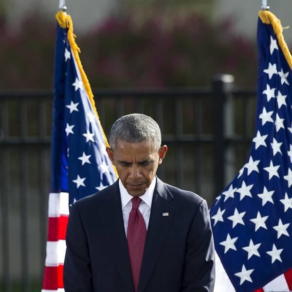 Barack Obama under en tyst minut innan sitt tal utanför Pentagon.