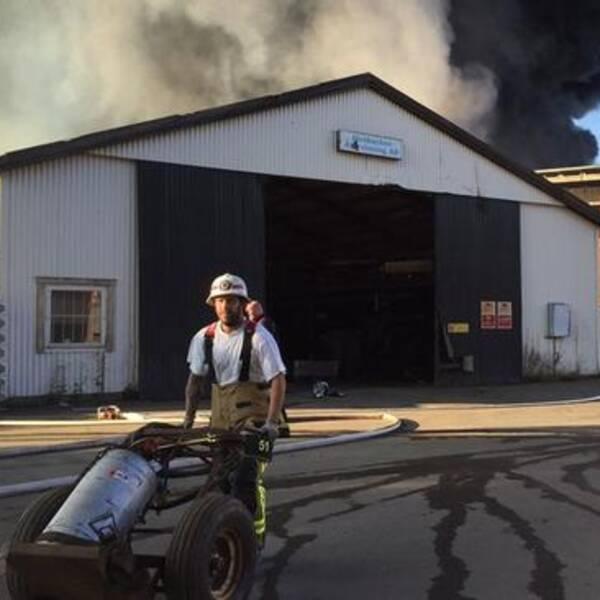 Branden på återvinningsanläggningen i Vaggeryd är under kontroll men långt ifrån släckt.