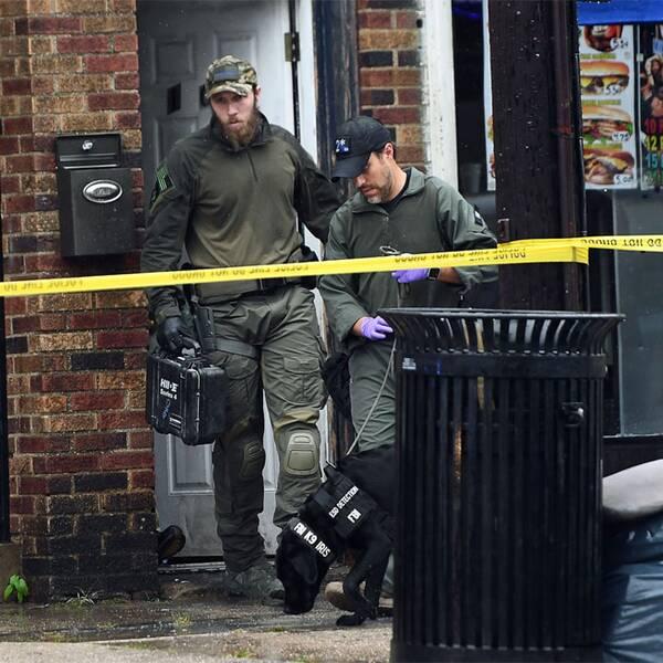 Den misstänkte mannen och poliser som genomsöker hans bostad.