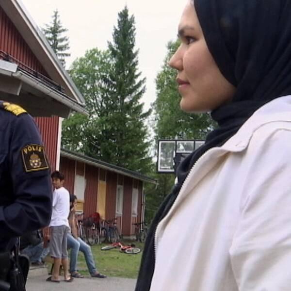 En bild på polisen Stephen Jerand och en asylsökande kvinna.