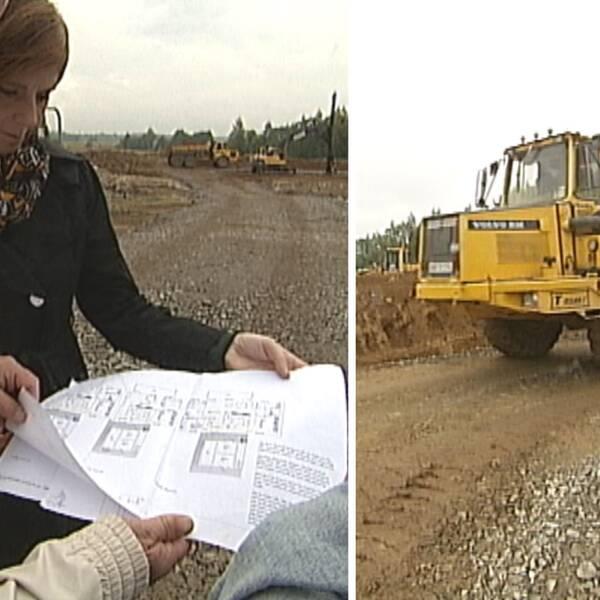 Politiker i Lekeberg kollar på byggritningar på byggarbetsplats