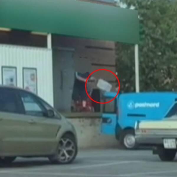 Här kastar chauffören in paketen i postbilen