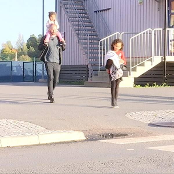 Familjen Tewolde Åselius hämtar barn på tre olika stopp.