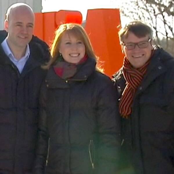 Partiledarkollegorna i alliansen på möte hos Annie Lööfs barndomshem i Maramö i Småland.