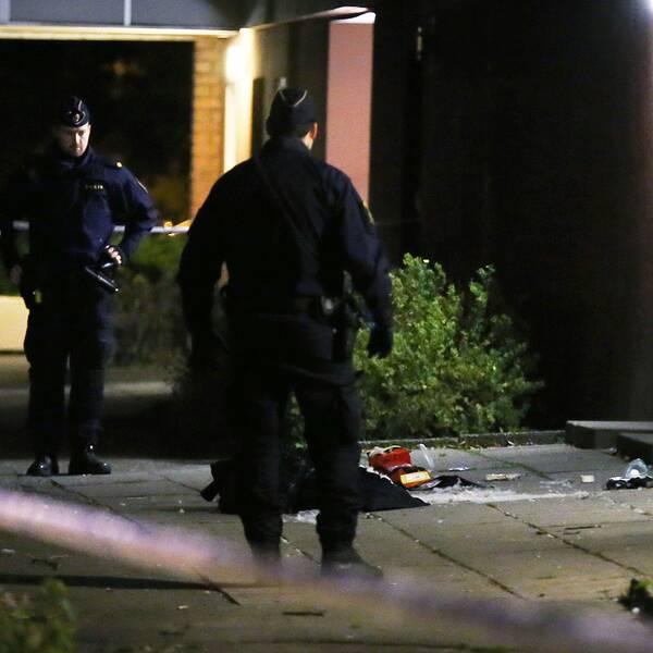 En man sköts i huvudet utanför en port i stadsdelen Årby i Eskilstuna.