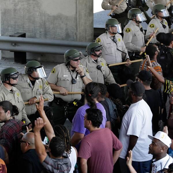 Polisen drabbar samman med demonstranter i El Cajon, Kalifornien, efter att en svart man skjutits till döds av en polis.