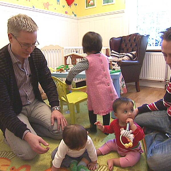 Familjen Skoglund. Pappa Robert, pappa Fredrik och deras tre små flickor, som kommit till tack vare surrogatmammor i Indien.
