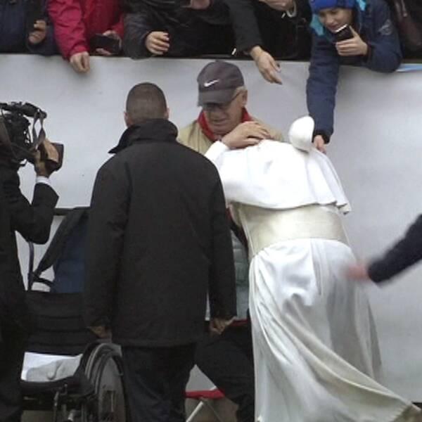 Påvens mössa blåste iväg.