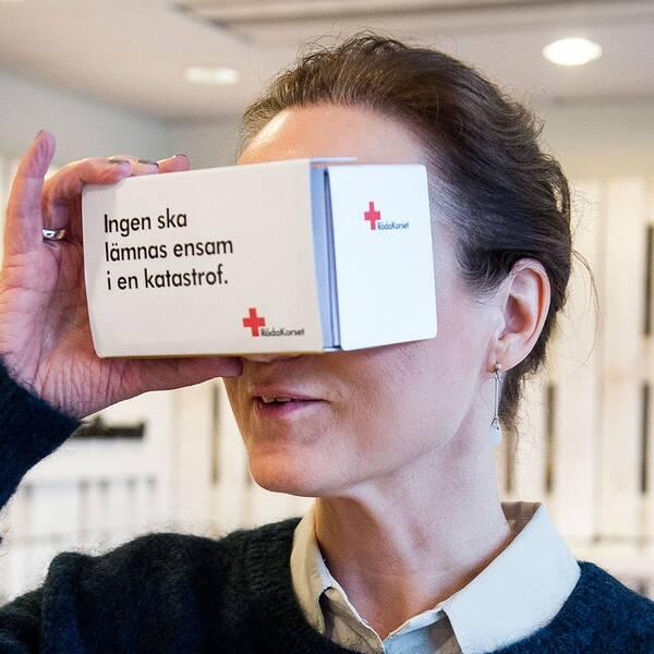 Röda Korset är en av de biståndsorganisationer som använt vr. Här låter de besökare uppleva livet som flykting vid gränser till Makedonien, under en pressträff i Stockholm 2015.