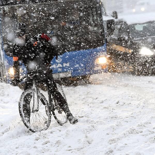 Cyklist har fastnat i en snödriva.