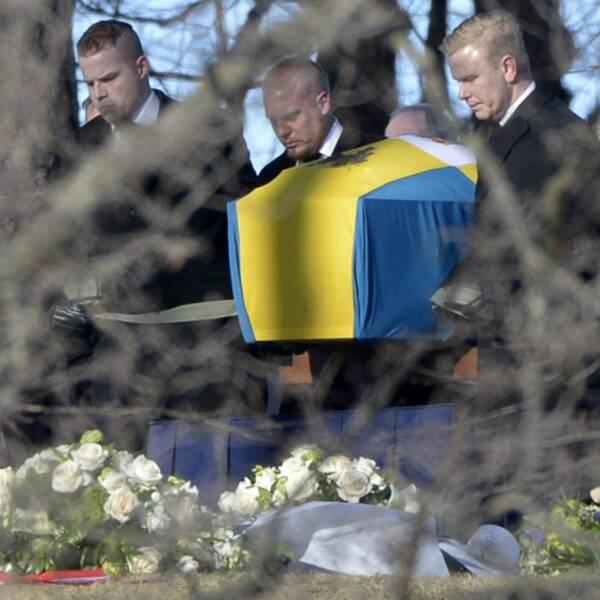 Kistan anländer till begravningsplatsen i Haga.