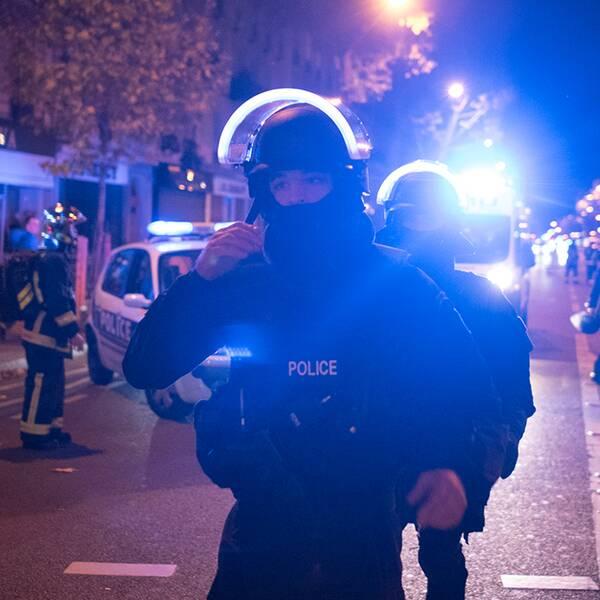 Polisens insatsstyrka anländer till Bataclan.