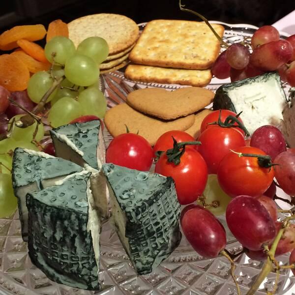 En ostbricka med blåmögelost gjord på åkerbönor och soyabönor.