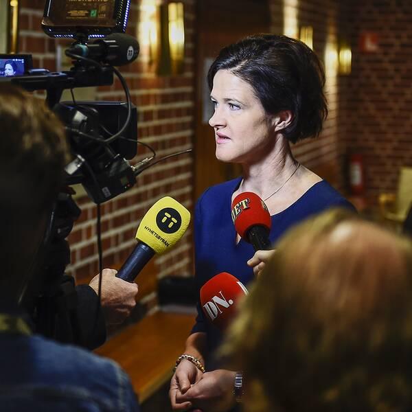 Moderaternas partiledare Anna Kinberg Batra pratar med media under sitt besök på Nacka Gymnasium i Stockholm under fredagen.