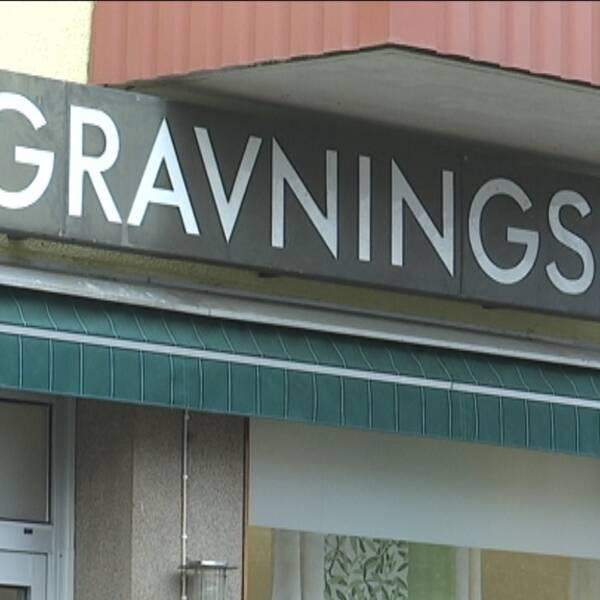 fasad med skylten begravningsbyrå