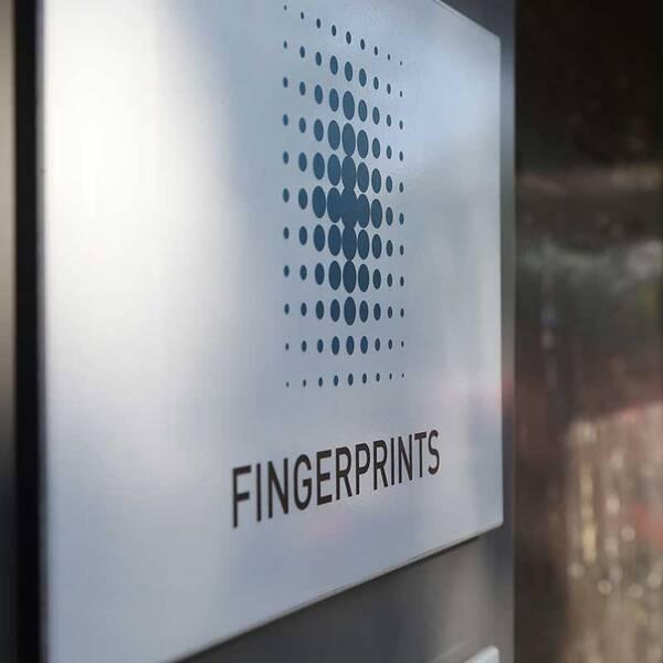 Fingerprint (skylt med logga)