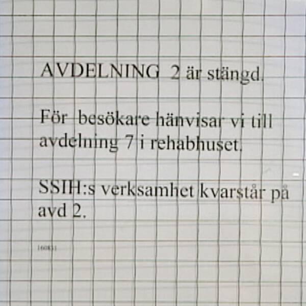En skylt som informerar om stängda vårdplatser och en sjukhussäng.