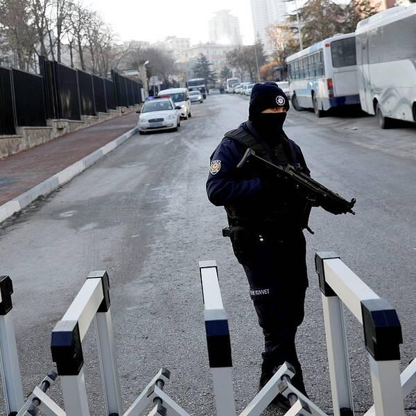 En polisman övervakar Rysslands ambassad efter dödsskjutningen av landets ambassadör i Ankara på måndagen.