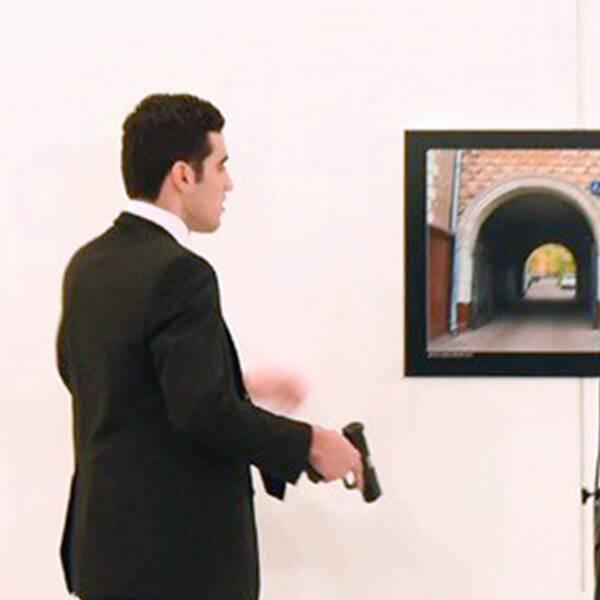 Gärningsmannen i lokalen efter mordet, och polis utanför konstgalleriet.