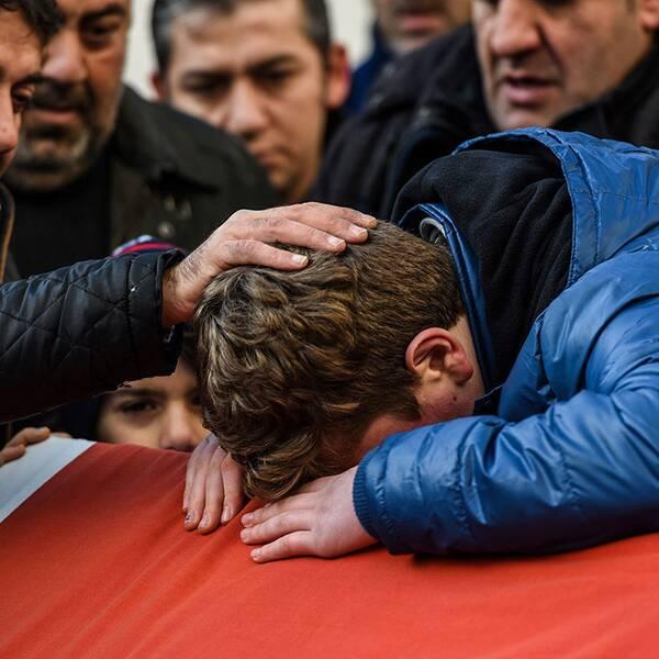 Ayhan Ariks familj sörjer sin förlorade familjemedlem.