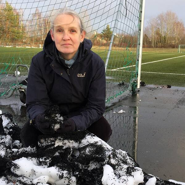 Hälften av Hallands konstgräsplaner innehåller giftiga tungmetaller. Kerstin Seger, ordförande för Södra Hallands naturskyddsförening, är kritisk.